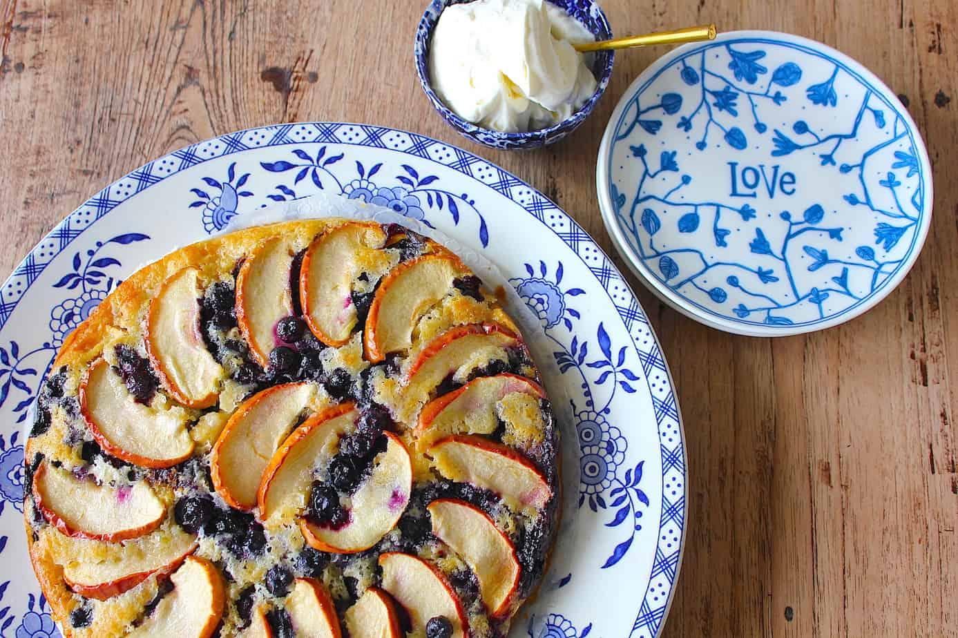 Appelcake met blauwe bessen