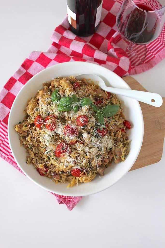 Orzo met kip, pesto en maangedroogde tomaatjes | ENJOY! The Good Life