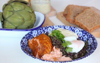Linzensalade met zalm, bietjes en gepocheerd ei